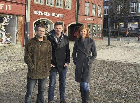 Tilbake på lufta: Erik Eriksson alias DJ Friendly utenfor Beat sine kontorer på Bryggen sammen med Beat-gründerne Njål og Linn Dyveke Wilberg. Foto: Beat