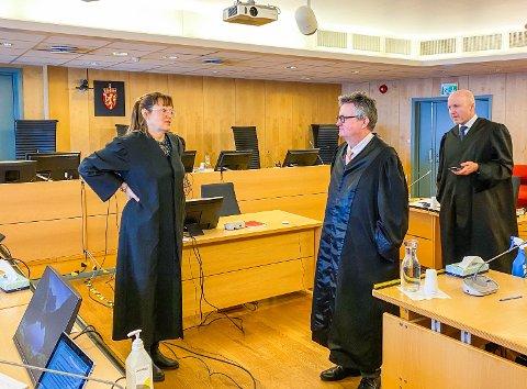 Hilde Grytten Guldbakke, Tor Haug (i midten) og Svein Skipnes forsvarte de tre mennene i retten.