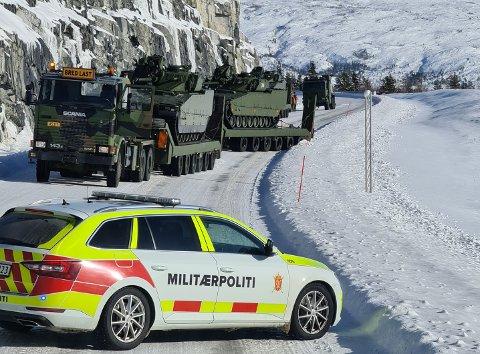 Full stopp: E6 nord for Mosjøen var stengt en periode etter at militære kjøretøy fikk problemer på glatta.