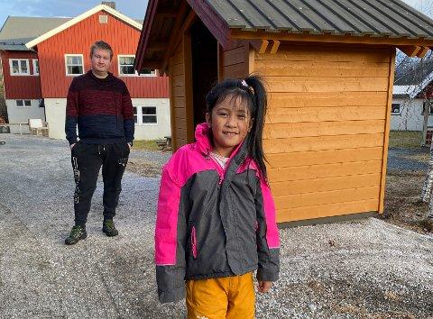 Pål Ivan Laumann og Gabrielle Nepthalie (7 år). Faren mener det er uholdbart at barna må vente 15-20 minutter på Ulsvåg uten tilsyn. Foto: Øyvind A. OIsen