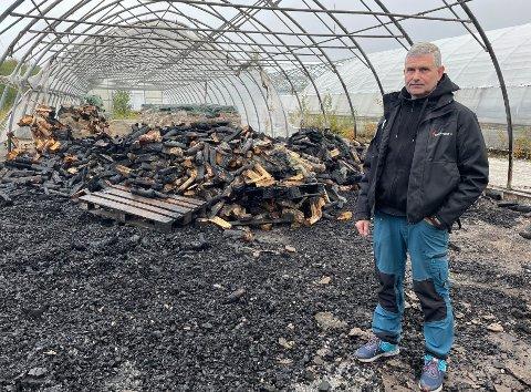 Branntomt: Jan Åke Andersen kjenner på mange følelser etter at store deler av lagerhallen med innhold gikk opp i røyk: - Det er et fælt syn, sier han.