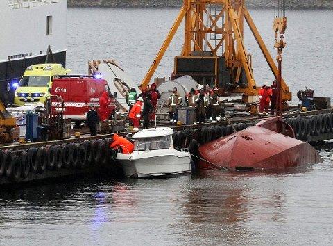 Det var to personer ombord i taubåten da den kantret. Kapteinen ble senere bekreftet omkommet.