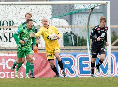 Øystein Øvretveit i cupkamp for Nest-Sotra mot Sogndal i 2016. Etter et år på benken i Sandefjord, går keeperen nå til Jerv. Til venstre Kristoffer Zachariassen.