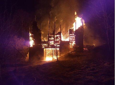 Brannvesenet foretok en kontrollert nedbrenning fordi huset ikke kunne reddes.
