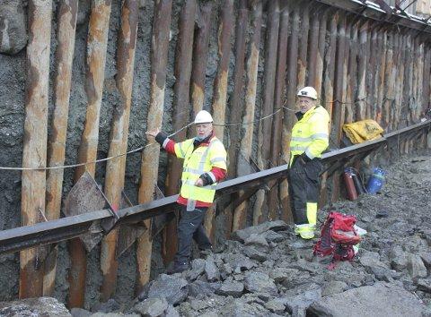 John-Inge Svendsen (t.v.) skulle så gjerne ha undersøkt denne veggen enda litt til, men nådde ikke frem før det var sprøytet på betong. Svein Ove Olsen fra entreprenøren, Drange Maskin, t.v.  (Foto: ØYSTEIN JANSEN)