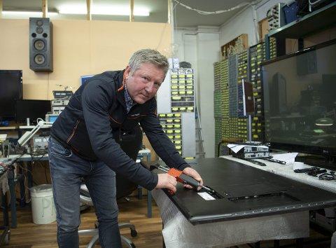 FORT GJORT: Torbjørn Vassenden i Bergen TV- og antenneservice på Laksevåg plomberte 750 TV-er i fjor. Det gjør at du kan slippe unna kringkastingsavgiften på drøye 2970 kroner. FOTO: EMIL W. BREISTEIN