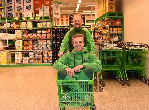 FORNØYD: Butikksjef Ruben Elkjær er glad for at butikken slår alle rekorder, men kunne gjerne sett at det kom av andre omstendigheter. Her blir han trillet en seiersrunde i butikken av Jon Grande.