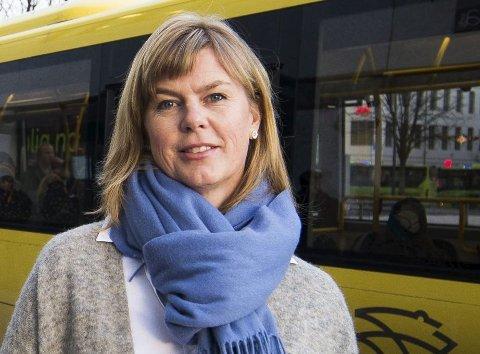 BEKLAGER: Kjersti Danielsen Norgård, salgs- og markedssjef i Brakar, beklager problemene brukerne har med billettene ombord på bussene.
