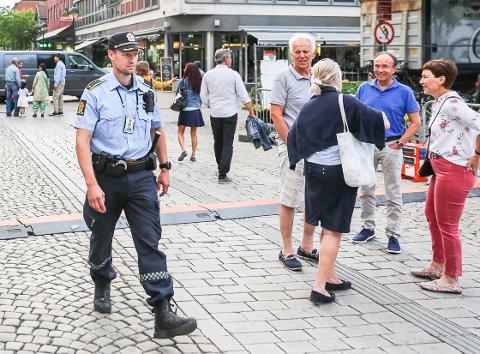 Politiførstebetjent Rune Fiskum på patrulje på Bragernes torg i juni 2018.