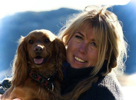 HUNDEEKSPERT: Gro Saugerud har jobbet med hunder i 30 år, og driver Drammen hundesenter. Hunden på bildet har ingen ting med saken å gjøre.
