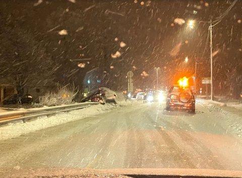 GLATT: En bil skled av tirsdag kveld av veien og havnet oppå autovernet ved Bjørkesvingen i Tranby .