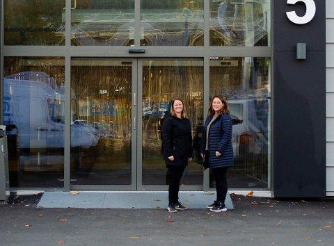 FLYTTES: Vaksineringen i Drammen flyttes nå ut av Drammenshallen og til ny lokasjon. På bildet er de ansvarlige for vaksinering i Drammen kommune, Kristina Vejlgaard og Anette Solvang.