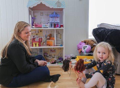 ARVELEG: Ida Meier (26) seier at migrene er arveleg og håper at dottera Annebell (3) ikkje skal oppleve det same som ho.