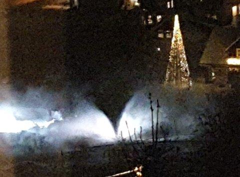 FONTENE: Vatn fossa ut ved Løken i Naustdal torsdag kveld. Bildet er tatt frå Øyraholten.