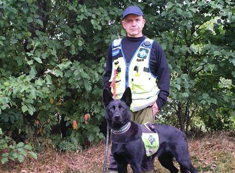 FRIVILLIG: Frode Fuglestrand er hundeførar i Norske Redningshunder. Søndag rykte han og hunden Katla ut for å hjelpe to bortkomne turgåarar.
