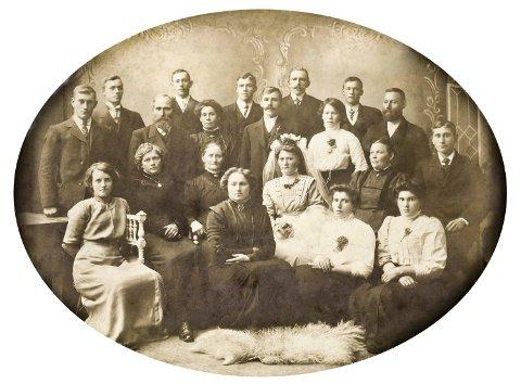 Bryllup: Her er det bryllup, og på bildet fra 1912 finner du to søstre som giftet seg  med to brødre. Søstrene Augusta (nest ytterst nede til høyre), og Antona (helt ytterst) giftet seg med Hilmar (nummer tre fra høyre bak) og Alfred (midt på bakerst). Hilmar og Augusta fikk sju barn, hvorav et var Thea, Tronds mor.