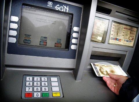 GLEMT NOE? Glemte du å ta med deg pengene du hadde tatt ut i minibanken på tirsdag? Da bør du kontakte politiet!