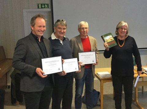 Vinnere: Britt Haugbro. leder av bokkomiteen til Østfold Historielag, deler ut pris til  Karl Ottar Fjeld, Lars Ove Klavestad og Svein Åstrøm.  Odd Martinsen var ikke til stede.