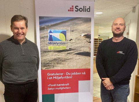 Daglig leder Lasse Johansen og HMS-leder Ronny Helstad feirer at Solid Entreprenør har blitt Miljøfyrtårn-sertifisert.