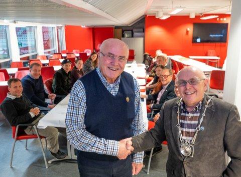 Ærefullt. Rolf B. Gundersen (til venstre) ble utnevnt til æresmeldem i Østfold Fotograflaug av avtroppende oldermann Tommy Ødegård.
