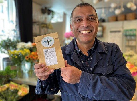 Bedriftsgründer David Tehrani viser frem et biprodukt fra larvefabrikken: økologisk gjødsel, som blant annet selges ved Ilebys Blomster.  Ingen ressurser skal kastes.