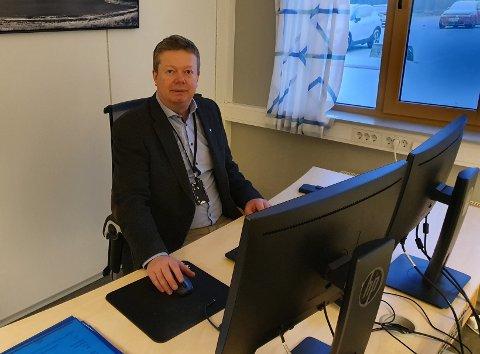 I ett år har Geir Kvisten vært assisterende rådmann i Hvaler kommune. Tirsdag inntok han sjefsstolen etter at rådmannen gikk av på mandag. Nå er han konstituert som øverste leder, og skal lede skuta videre i økonomisk røff sjø.