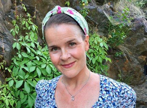 STOLT: Lena Lindahl er fornøyd med at boken hennes ligger på toppen over de mest solgte faktabøkene til barn.