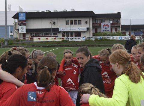 JUBEL: Det ble jubel sist søndag for Mjølner sine 16-årsjenter. Nå venter åttendedelsfinale i NM, og Piteå Summer Gams aller først kommende helg. Begge foto: kjell Kolsvik