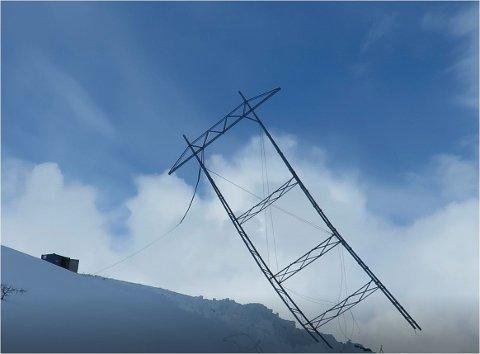 FJERNES: De gamle mastene skal fjernes. De blir veltet kontrollert. Her faller en av mastene.