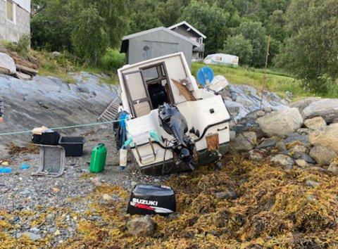 Her ligger båten slengt i fjæra dagen etter tyveriet.