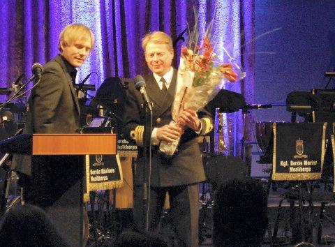 Nominerte: Norsk Komponistforenings leder Jørgen Karlstrøm overrakte blomster til Arnstein Lund.foto: audun bårdseth