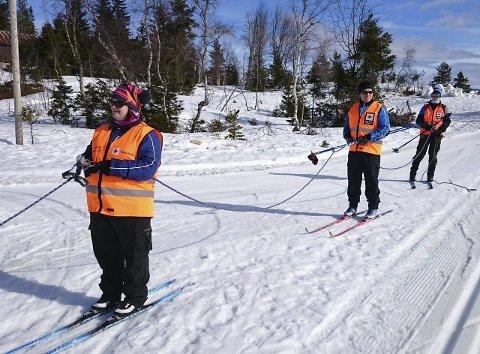 Snørekjøring: Anne Marit Schmidt, Gjermund Eikenes og Bernt Heyerdahl Follestad klare for snørekjøring ette snøskuter.