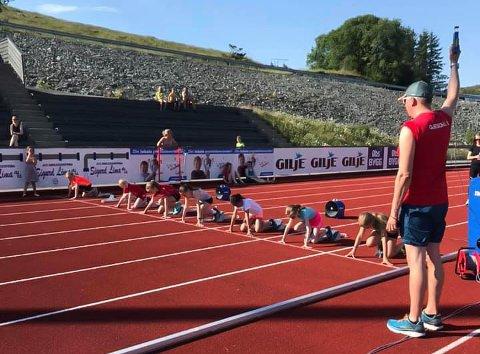 Mange av de yngste deltakerne fikk sitt første møte med startblokker og konkurranser under stevnet i Gjesdal idrettspark tirsdag 17. juni.
