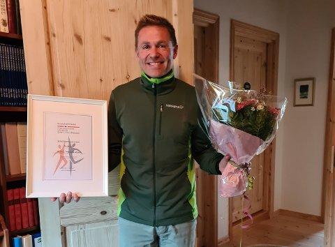 Kjell Fjeldheim fikk overrakt diplom og blomster i eget hjem under idrettsrådets digitale årsmøte onsdag kveld.