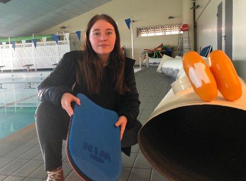 FLAKS: at ingen var i svømmehallen da dette røret falt ned, sier Natalie Sørlie. Hun går på 10. trinn ved Åsnes ungdomsskole, og er også instruktør på svømmekurset som nå utsettes.