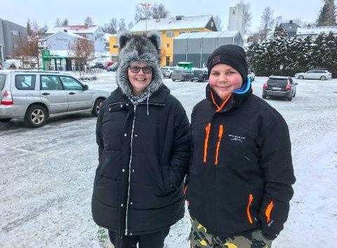 GRUER SEG TIL MER KULDE: Marion Kval og Marcus Harfaldet var ute i det kalde været onsdag. De var godt kledd, men merket kuldegradene likevel.