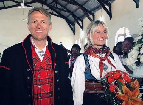 I et storslått bryllup, med over 400 gjester, gikk Dagfinn (52) og Torunn (48) oppover kirkegulvet i Kabale i Uganda. Paret stilte opp i to egensydde bunader, laget av Torunn.