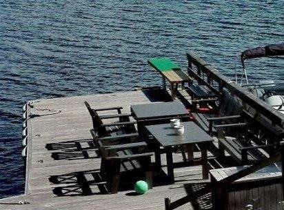 UTSATT FRIST: Bryggeanlegget nord for Gjøvik er oppført uten tillatelse fra verken grunneier eller offentlige myndigheter. Frist for riving er utsatt til mai.