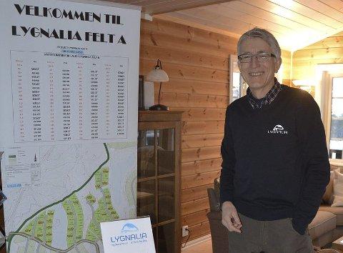 PÅ STAND: Aksel Grinaker er på hyttemesse fra torsdag.