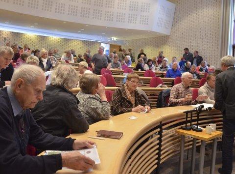 BLE FULLT: Om lag 200 møtte opp til folkemøtet på Thorbjørnrud onsdag. Det måtte åpnes et ekstra rom hvor møtet ble sendt på storskjerm.