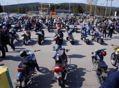 PÅ UTSTILLING: Mange sykler på rekke rad fra de helt nye til velbrukte veteransykler.