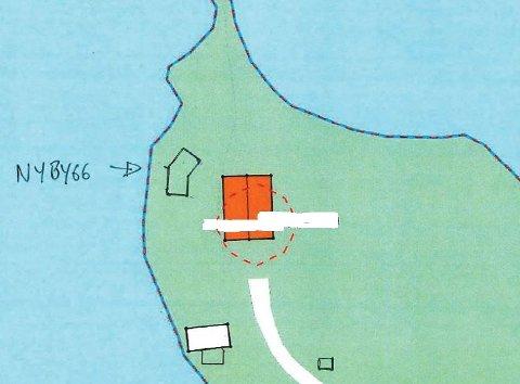 Fire meter fra vannet: Eieren av hytta på skissen må rive nybygget, men kan erstatte utedoen til høyre for vegen, i nedre bildekant med ny do. Ulovligheten medførte et gebyr på 13.000 kroner.