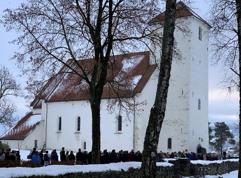 LANGE KØER: Folk flokket til Hoff kirke og det sto køer lenge før bisettelsen skulle starte klokka 11 fredag.