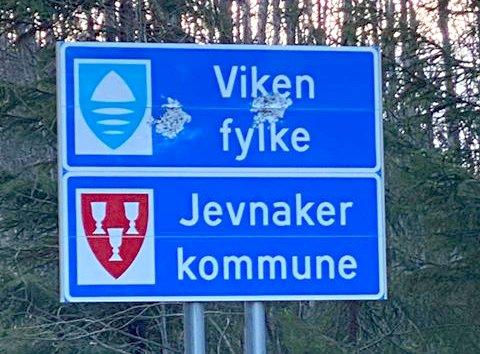 ØDELAGT: Slik ser det nye fylkesskiltet for Viken ut langs Fjordlinna.