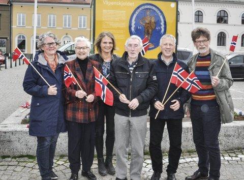 Flaggborg: En flaggprydet 17. maikomité er klar for feiring. Fra venstre: Hanne Bråthen, Irma Moen Eriksen, Tine Renate Nilsen, Nil sagstuen, Truls Breda og Øystein Lillås.foto: Øivind Kvitnes