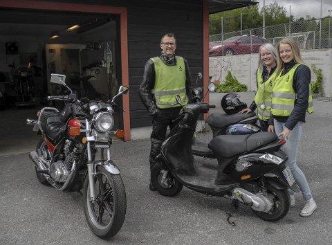 I GRØNNE VESTER: Maiken Palm Titland (th) og Nora Fagerli har Frode Notø som kjørelærer. Begge jentene blir 16 år i slutten av året og er fram til å ta mopedsertifikat.