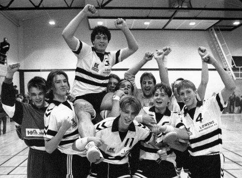 DRØMMELAG: Rino Bråthen matchvinner og båret på gullstol Halden IL slo TTIF 23-22 i et  herlig lokaloppgjør i oktober 1992.