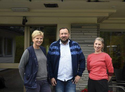 Har tilbod: Eva Opedal, Jörgen Ninn og Lisa Alvavoll ved Bråvolltunet i Kinsarvik etterlyser brukarar til sitt nye dagaktivitetstilbod for heimebuande demente i Ullensvang herad.   Foto: Eli Lund