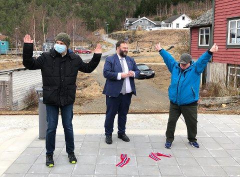 Eirik Husebø, Roald Aga Haug og Ivar Asbjørn Sekse etter vellykka snorkapping som markerte offisiell opning av det kommunale bustadprosjektet Bråto i Kinsarvik.