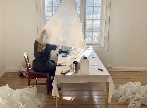 Kunstnar Pernille Rosfjord opnar utstilling i Galleri N. B torsdag 24. juni. Den har ein tydeleg bodskap om det håplause og galskapen i det me held på med på jorda. Foto: Privat